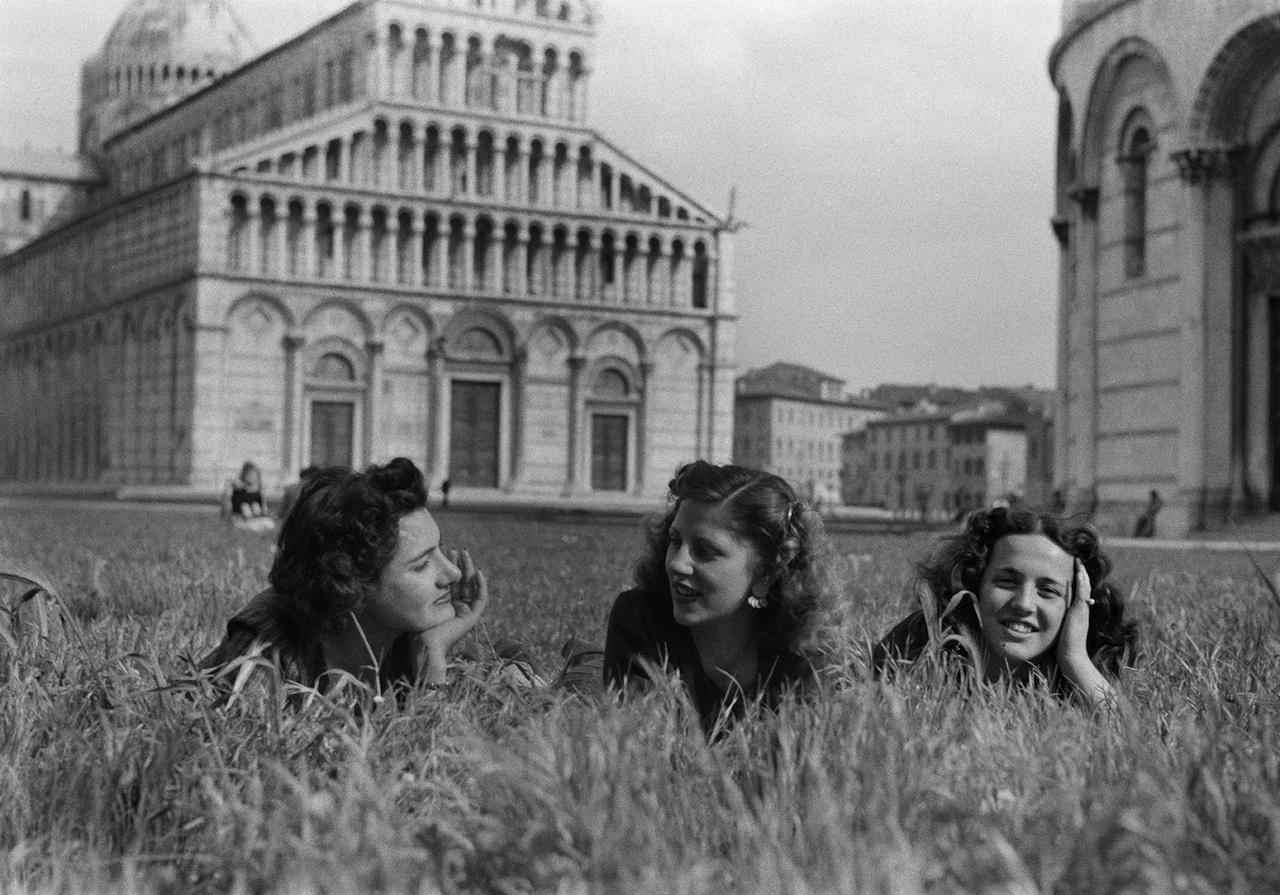 Federico Patellani, Pisa, 1946, tre ragazze in campo Miracoli© Federico Patellani - Regione Lombardia / Museo di Fotografia Contemporanea
