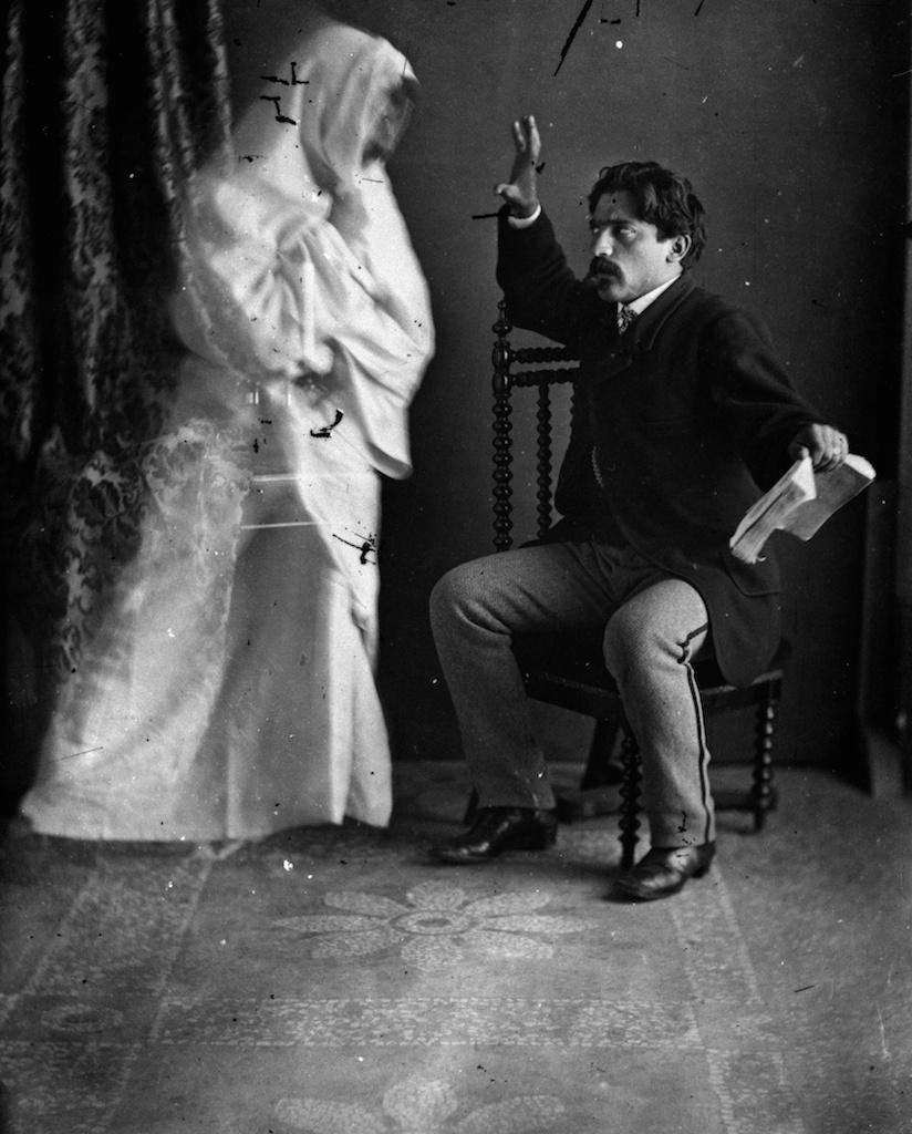 Francesco Negri, Apparizione spiritica, 1895-1900. Archivio Fotografico Fondazione 3M, Milano. Courtesy Galleria Carla Sozzani, Milano.