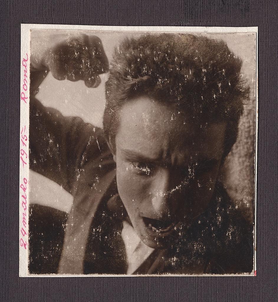 Fortunato Depero, Autoritratto con pugno, Roma 24 marzo 1915, foto-performance. Mart, Archivio del '900, Fondo Fortunato Depero. Courtesy Galleria Carla Sozzani, Milano.