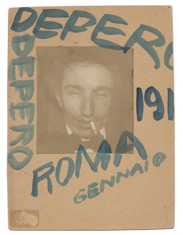 Fortunato Depero, Autoritratto con sigaretta, gennaio 1915, foto-performance, intervento grafico. Mart, Archivio del '900, Fondo Fortunato Depero. Courtesy Galleria Carla Sozzani, Milano.