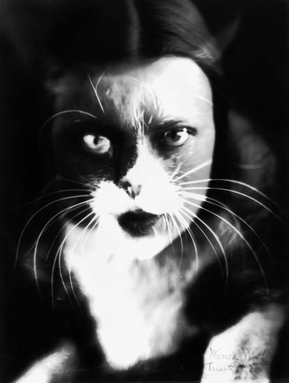 W. Wulz, Io + gatto, 1932. Stampa alla gelatina bromuro, 195x147 cm. Courtesy Museo di Storia della Fotografia Fratelli Alinari - Archivio Wulz, Collezione Zannier, Firenze. © Raccolte Museali Fratelli Alinari.
