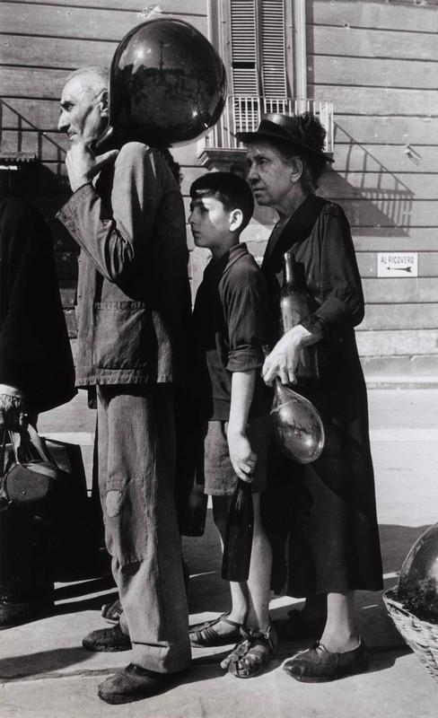 In coda per l'acqua in una via di Napoli, ottobre 1943 Photograph by Robert Capa © International Center of Photography/Magnum - Collection of the Hungarian National Museum