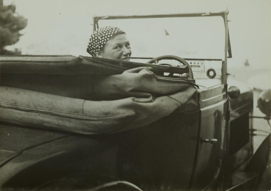 Germaine Krull dans sa voiture, Monte-Carlo 1937 Anonyme Tirage gélatino-argentique, 13 x 18,3 cm. Museum Folkwang, Essen. © Estate Germaine Krull, Museum Folkwang, Essen
