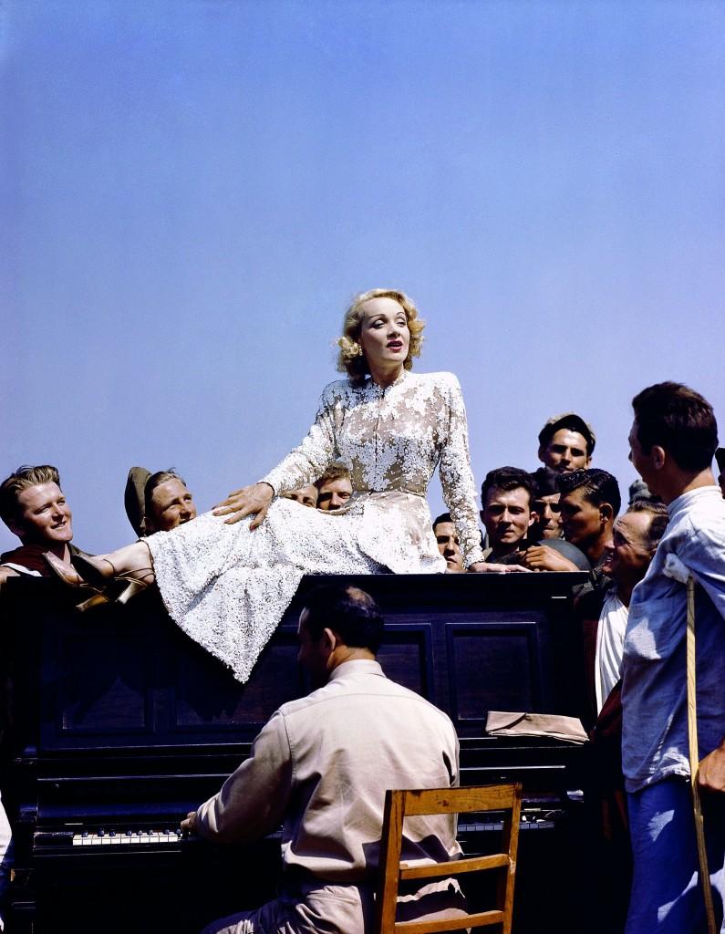 La cantante e attrice Marlene Dietrich, di origine tedesca, tiene uno spettacolo per i soldati americani feriti in un ospedale militare sul fronte italiano, maggio 1944. © National Archives And Records Administration