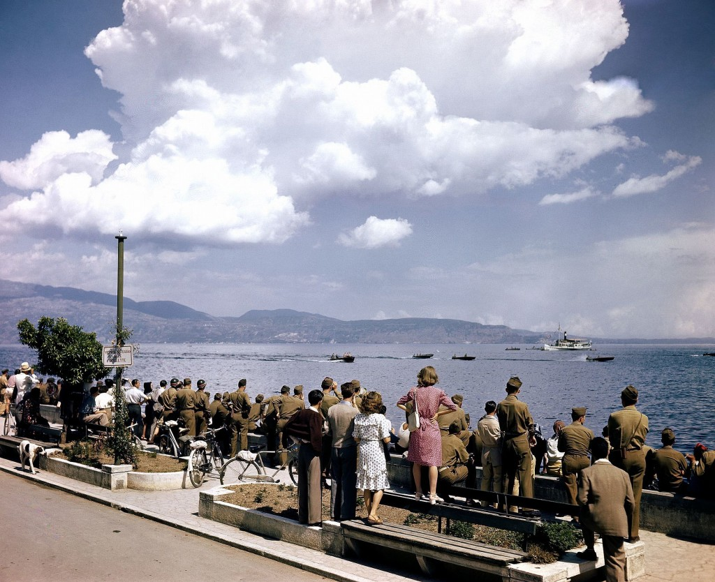 Inv. 111 – C – 1600 - Cessate le ostilità, soldati americani e civili italiani assistono a una gara motonautica, Gardone, Lago di Garda, luglio 1945. Motor boat races at Gardone, Italy, an fourth of July, with soldiers watching the water carnival on Lake Garda. A large boat seen in the background is the excursion boat, which was used by the judges at the races. July 1945.