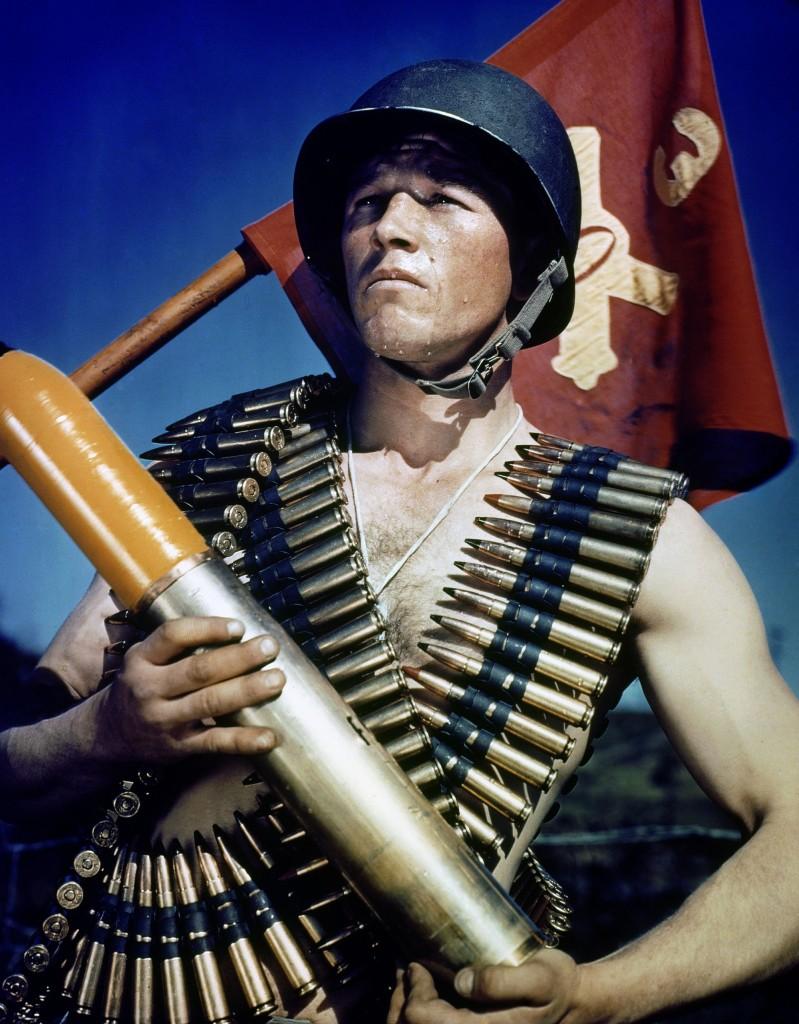 Inv. 111 – C – 4648 - Un soldato statunitense in posa con le cartuccere e il vessillo dell'Artiglieria. A U.S. Army soldier draped with rifle bullets.
