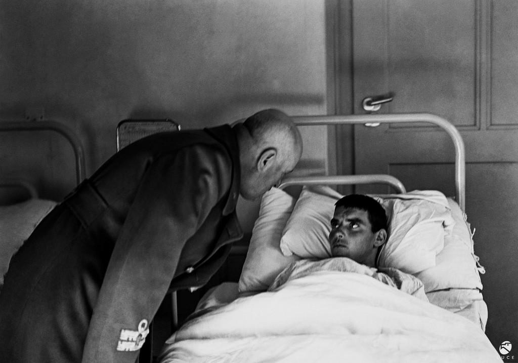 Inv. RGR00000132 - Mussolini visita un soldato ferito, 1942. Foto censurata.