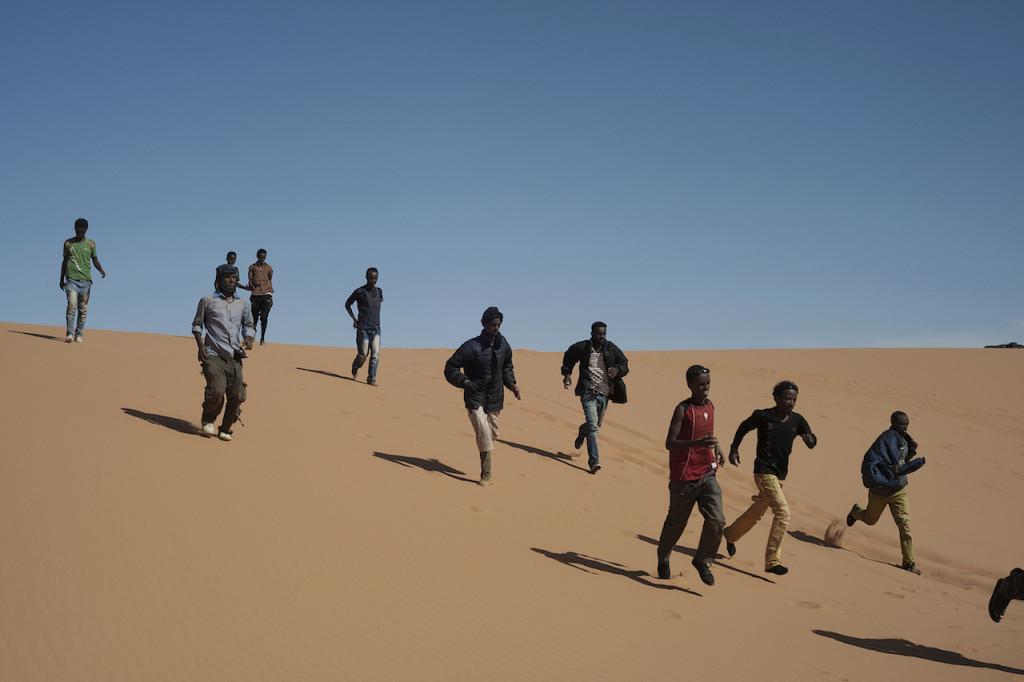 Ottantacinque profughi, provenienti dal Sudan e diretti in Libia, attraversano il Sahara affrontando un viaggio di oltre tre giorni senza acqua né viveri. Deserto del Sahara, frontiera libico-egiziana, 18 maggio 2014. © Giulio Piscitelli/Contrasto