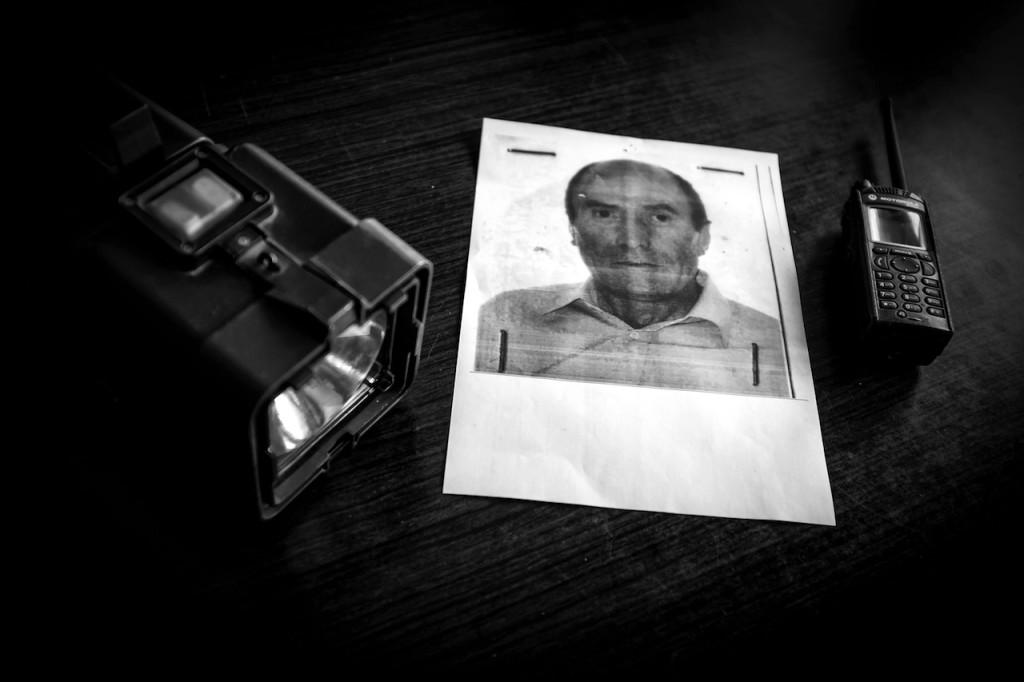 La foto di Ludovicu, l'uomo scomparso. Accanto le attrezzature utilizzate per la ricerca. © Mariano Silletti