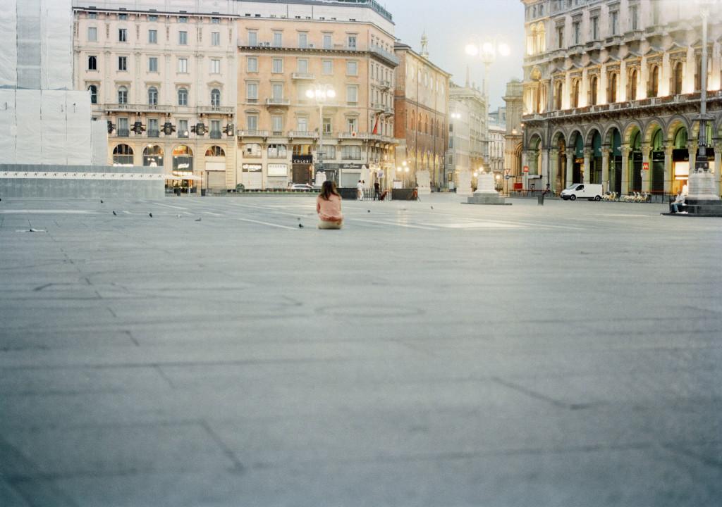 Marina Ballo Charmet Piazzaduomo 2011.Stampa a colori da negativo.Sequenza di 7 foto cm 24,3x37 cad.5-7