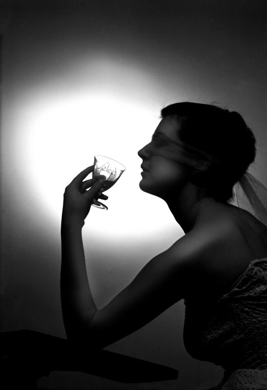 La modella Giulietta Mangano posa con un bicchiere per la pubblicità dell'aperitivo Select, poi acquisito dalla Buton, oggi proprietà della Montenegro, Bologna 1960 ca. Archivi Alinari-archivio Villani, Firenze