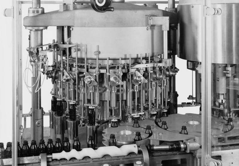 Macchina automatica per il confezionamento di prodotti cosmetici e farmaceutici della ditta Farmomac, poi acquisita dalla IMA nel corso degli anni ottanta, Bologna, 20 settembre 1978 Archivi Alinari-archivio Villani, Firenze