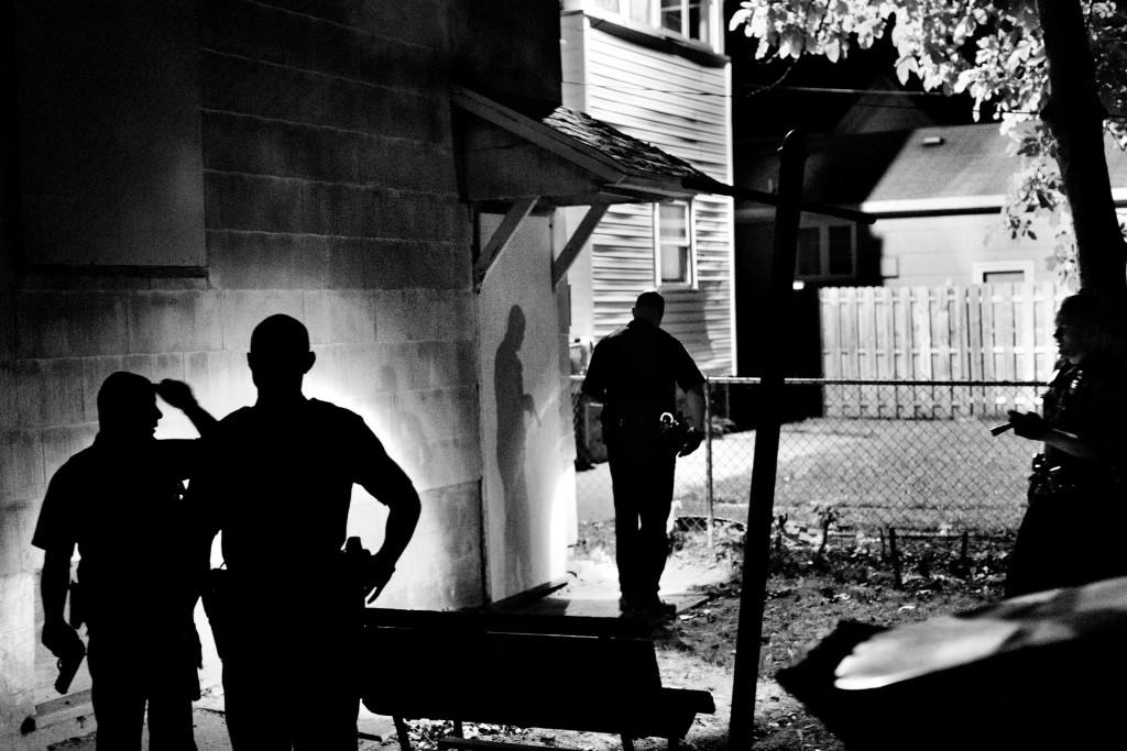 Diversi agenti di polizia perquisiscono una casa alla ricerca di un sospetto armato Northeast Rochester, NY. U.S.A. 2012  © Paolo Pellegrin