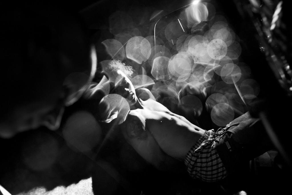 Un giovane è trattenuto in arresto sul sedile posteriore di una macchina della polizia di Rochester. Rochester, NY. U.S.A. 2013 © Paolo Pellegrin