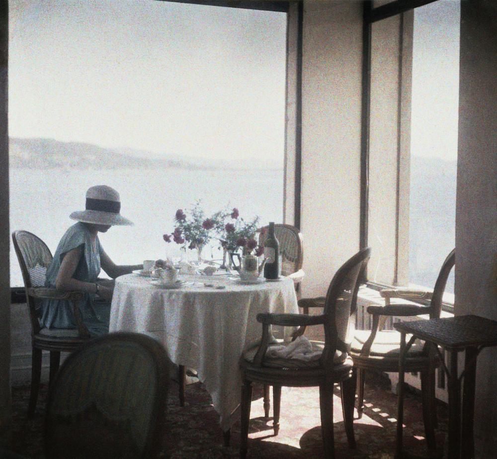 Bibi au Restaurant d'Eden Roc Cap d'Antibes, 1920 1965 Photographie J. H. Lartigue © Ministère de la Culture - France / AAJHL