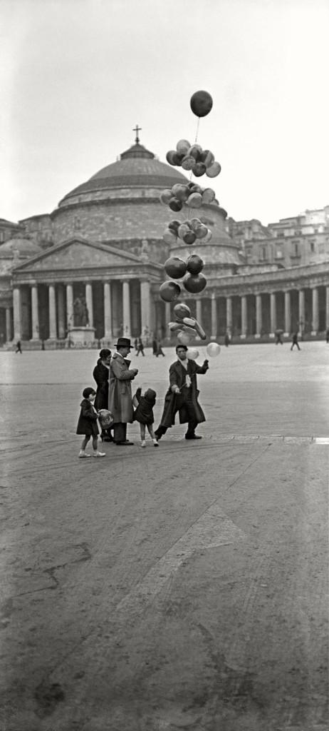 Scene di strada, venditore di palloncini in Piazza del Plebiscito Studio Troncone, anni Trenta © Stefano Fittipaldi, Archivi Parisio e Troncone, Napoli