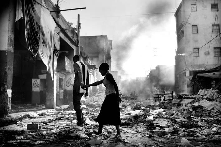 JAN GRARUP. Dopo il terremoto. Port-au-Prince, Haiti, 2010 per TIME e Dagbladet Information © J. Grarup/Laif. (OSKAR BARNACK AWARD 2011).