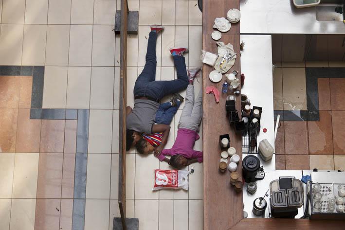 TYLER HICKS. Attacco terroristico al Westgate Mall. Nairobi, Kenya, 2013 © T. Hicks/The New York Times (ROBERT CAPA GOLD MEDAL 2013).