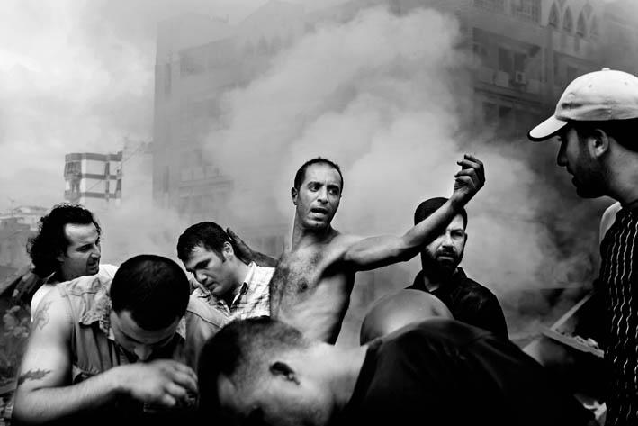 PAOLO PELLEGRIN. Dopo un bombardamento aereo israeliano a Dahia. Beirut, 2006. © P. Pellegrin/Magnum Photos. (ROBERT CAPA GOLD MEDAL 2006).