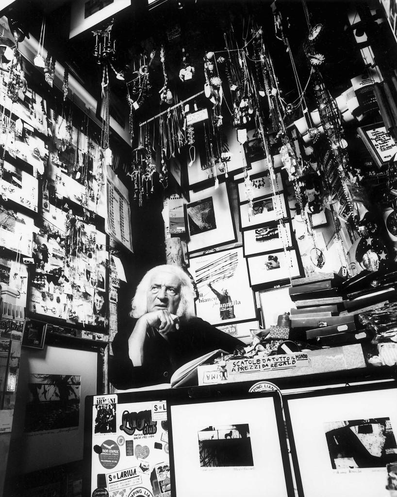 Mario Giacomelli ritratto da Guido Harari nella sua camera oscura. 1999 © Guido Harari/Contrasto MILANO 1999 - MARIO GIACOMELLI , FOTOGRAFO , NEL SUO STUDIO *** Local Caption *** *** SPECIAL FEE APPLIES *** *** TO GET THE HIGH-RES OF THIS IMAGE , PLEASE CONTACT OUR OFFICE *** *** DO NOT CROP *** *** APPROVAL REQUIRED ***