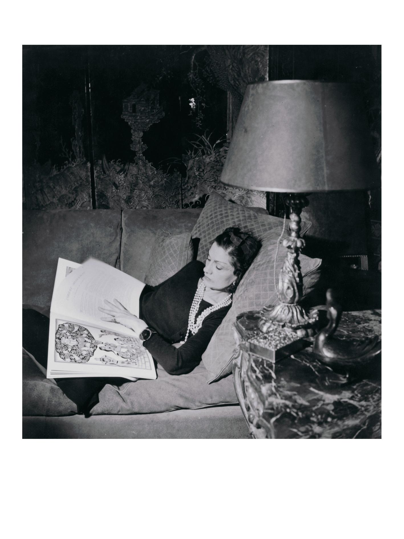 Jean Moral Gabrielle Chanel sul suo divano in daino beige dai cuscini imbottiti, 1937 Fotografia Collezione privata © Photo Jean Moral/Brigitte Moral