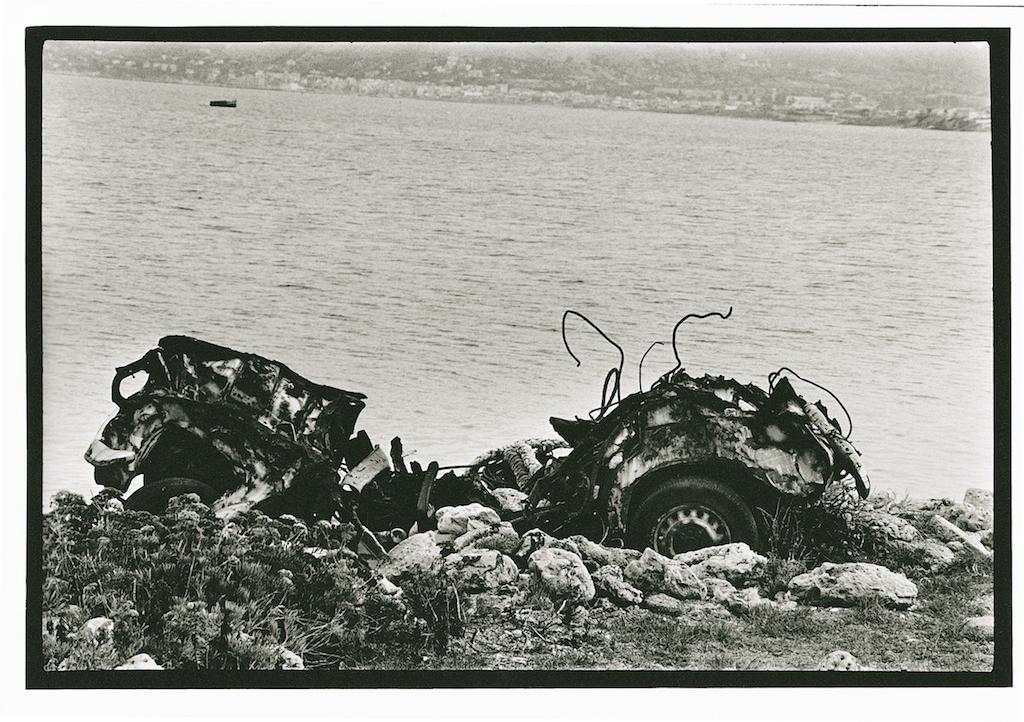 Letizia Battaglia, Sulla costa della bandita, auto rubata e abbandonata, 2007, Collezione MAXXI