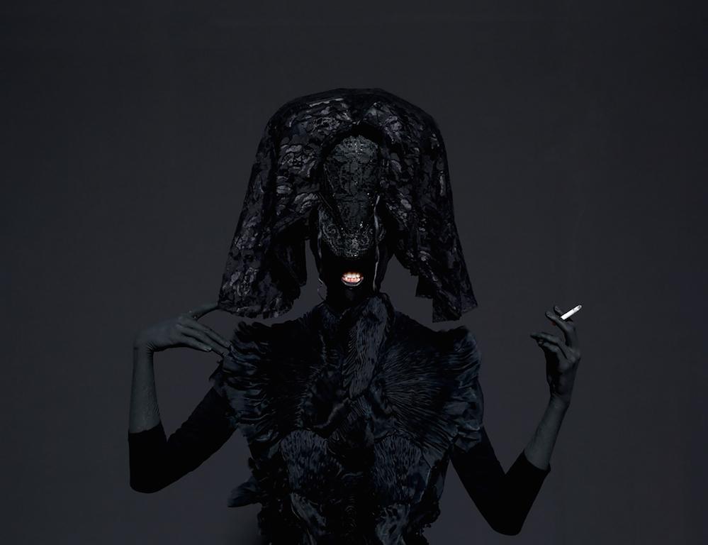 Mustafa Sabbagh, Onore al nero, 2014 – stampa fine art su dibond, 100×125 cm