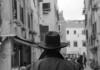 Ferdinando Scianna, Il sapore visivo della tradizione nell'immagine di un uomo che attraversa il Ghetto © Ferdinando Scianna / Magnum Photos