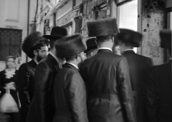 Ferdinando Scianna, Partecipanti alla cerimonia di Shabbat della Comunità Chabad-Lubavitch verso la cena sabbatica © Ferdinando Scianna / Magnum Photos