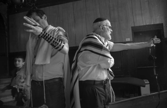 Ferdinando Scianna, Preghiera del mattino nel Midrash Luzzatto dentro la sinagoga Levantina © Ferdinando Scianna / Magnum Photos