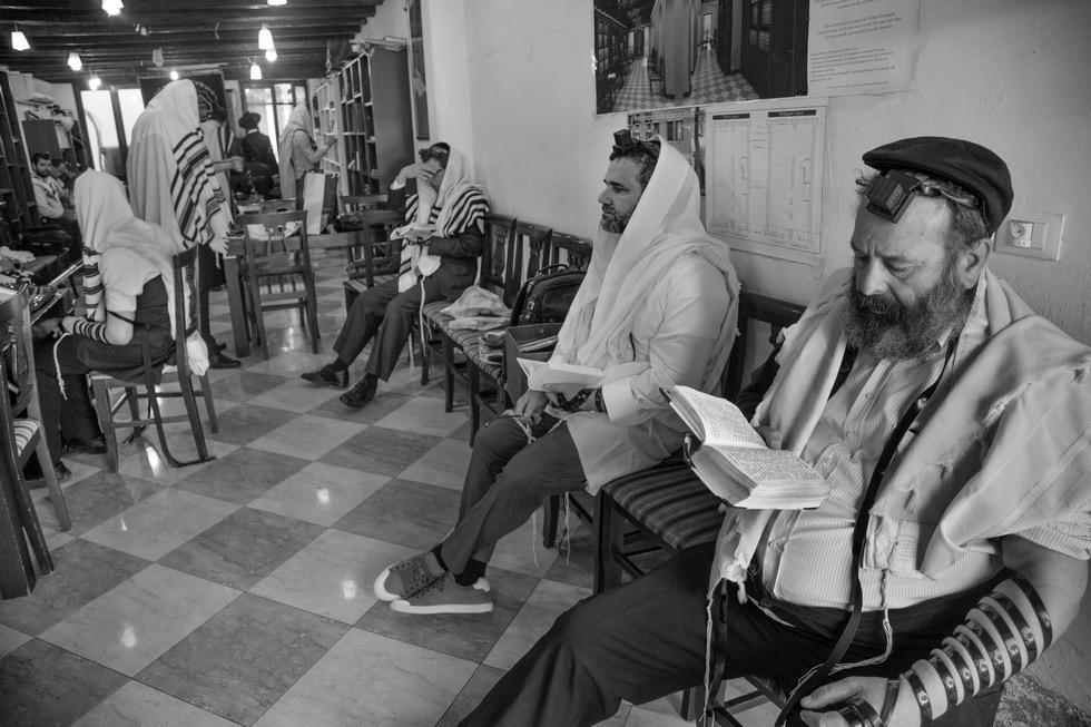 Ferdinando Scianna, Preghiera del mattino nella sede del gruppo Chabad-Lubavitch / Morning prayer at the seat of the Chabad-Lubavitch movement © Ferdinando Scianna / Magnum Photos