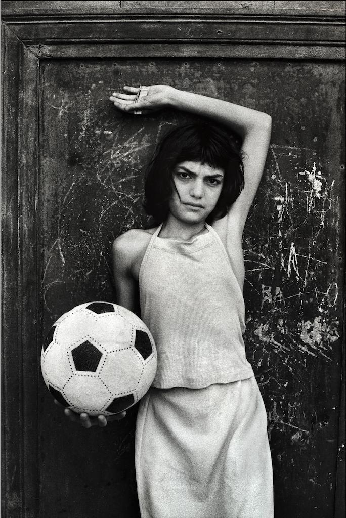 Letizia Battaglia La bambina con il pallone, quartiere la Cala Palermo, 1980 Courtesy l'artista
