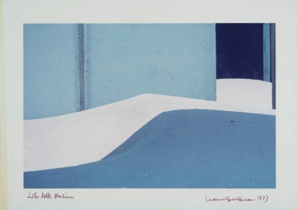 Franco Fontana Paesaggio urbano, Lido delle Nazioni, 1973 stampa a colori 28,5 x 40 cm © l'artista