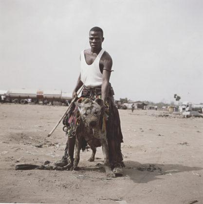 """Pieter Hugo Abdullahi Mohammed with Gumu, Ogere-Remo, Nigeria, 2007 dalla serie """"Gadawan Kura – The Hyena Men Series II"""" stampa a colori 172,5 ✕ 172,5 cm © l'artista"""