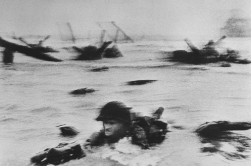 Robert Capa - Normandia, 6 giugno 1944.  ©   Magnum Photos