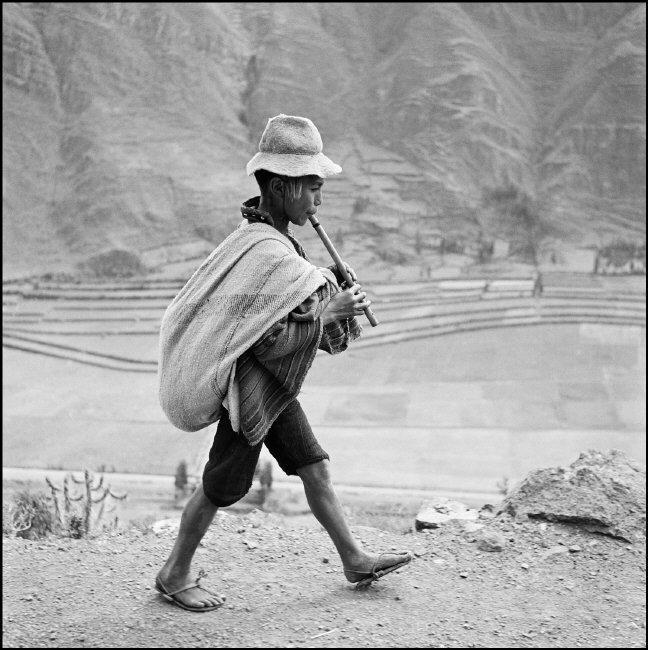 Werner Bischof, On the road to Cuzco, near Pisac. Peru, May 1954 © Werner Bischof / Magnum Photos