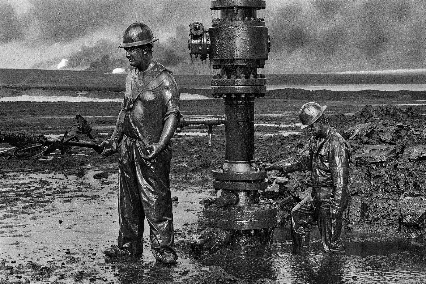 I lavoratori installano un nuovo pozzo. Pozzi di petrolio, Greater Burhan, Kuwait, 1991. © Sebastião Salgado /Amazonas Images/Contrasto