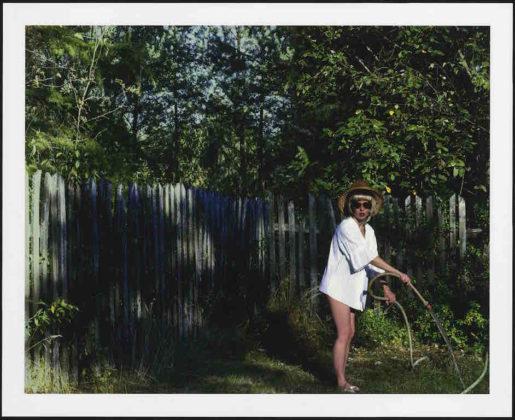 arles photographie 2019 Aneta Grzeszykowska donna che innaffia il giardino