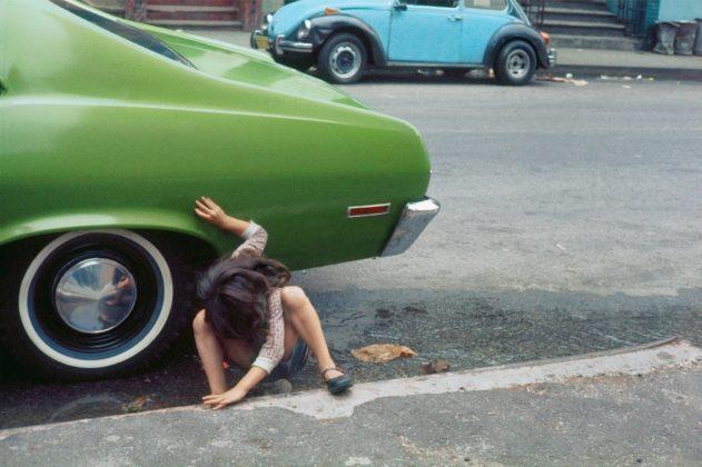 arles photographie 2019 Helen Levitt bambina e macchina