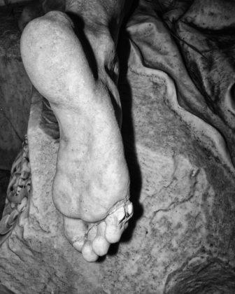 Jacopo Benassi mostra camera torino piede statua