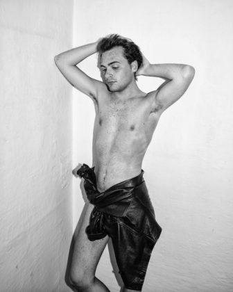 Jacopo Benassi mostra camera torino ragazzo nudo con giacca di pelle allacciata in vita