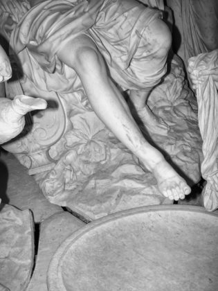 Jacopo Benassi mostra camera torino gambe statua
