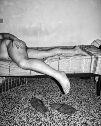 Jacopo Benassi mostra camera torino ritratto nudo gambe