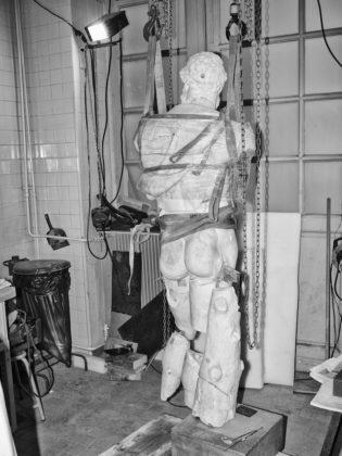 Jacopo Benassi mostra camera torino statua imbragata