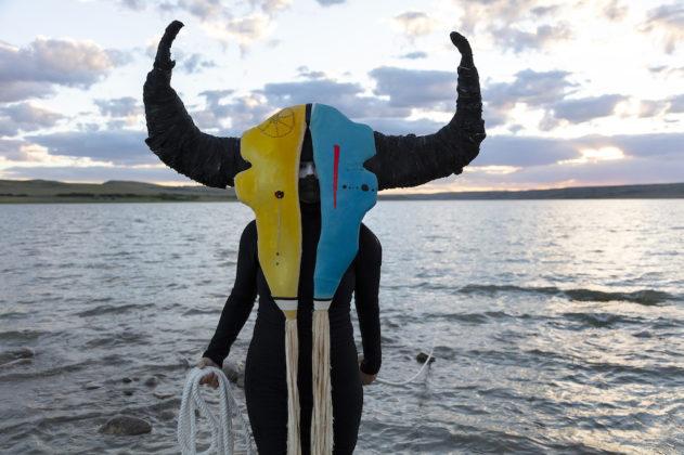 arles photographie 2019 Meryl McMaster uomo con maschera
