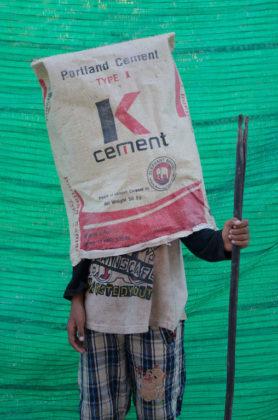 arles photographie 2019 foto ragazzo con sacco del cemento vuoto in testa Neak Sophal