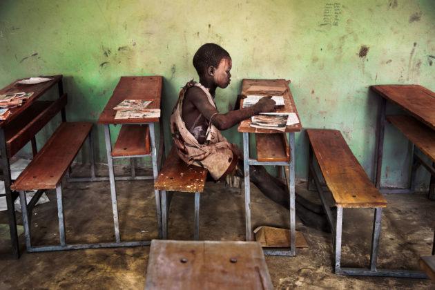 steve mccurry mostra mostra modena bambino etiope che legge sui banchi di scuola