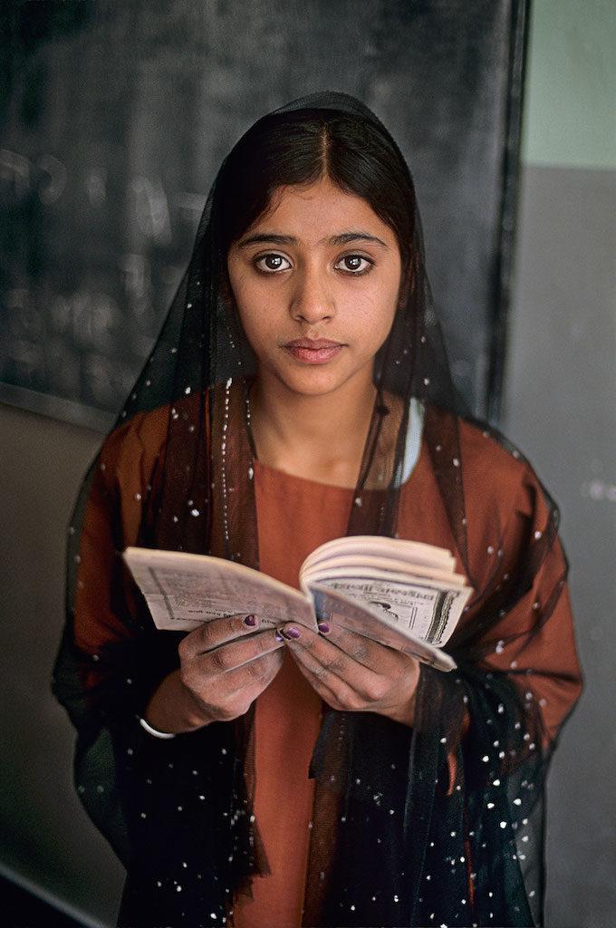 steve mccurry mostra mostra modena ragazza che legge