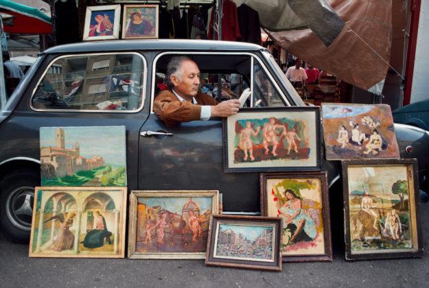 steve mccurry mostra mostra modena uomo che legge in macchina a roma