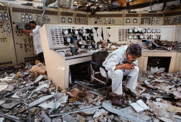 steve mccurry mostra mostra modena uomo che legge in una centrale